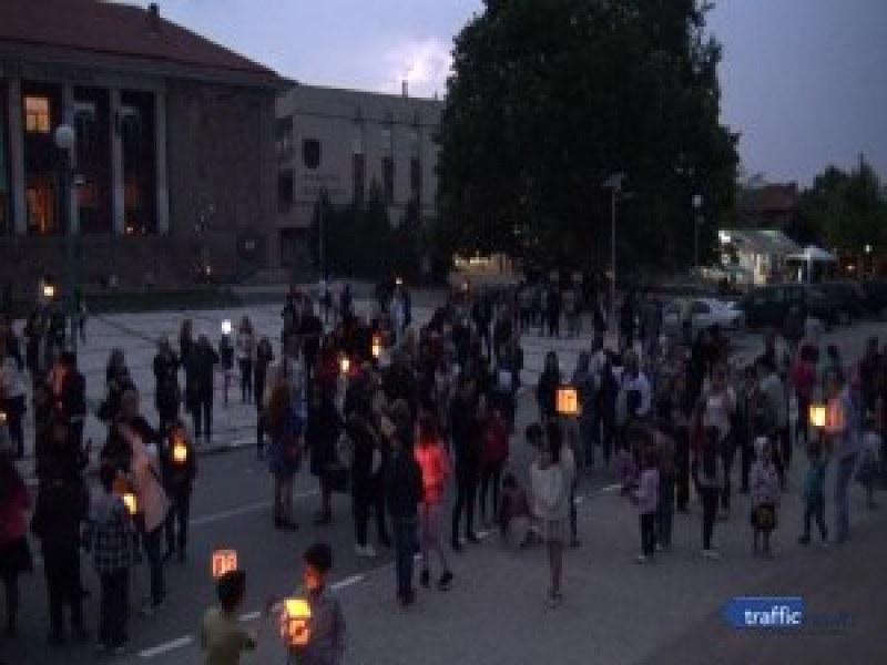 Децата на Перущица поеха на шествие със запалени фенерчета