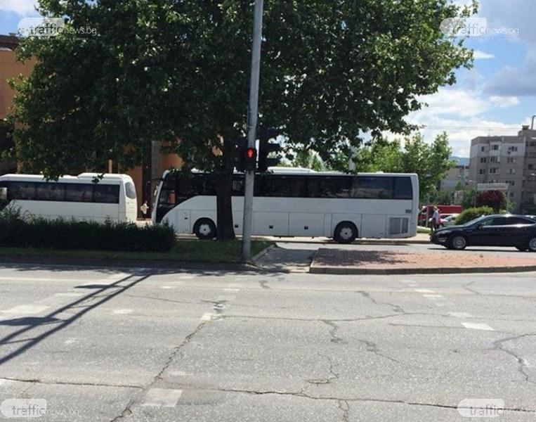 """Автобус паркира за час върху пешеходна пътека в """"Тракия"""", на шофьорът не му пукало"""