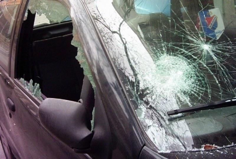 Потрошиха стъклата на Мерцедес в Куклен, в Пловдив пък 10 коли осъмнаха със спукани гуми