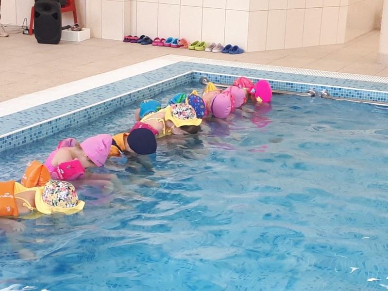 """Малчугани плуват умело под и над вода в басейна на детска градина """"Чайка"""""""