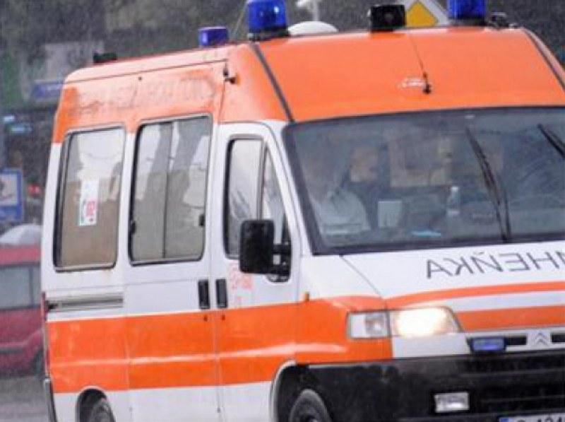 Кола удари тийнейджърка в Първенец, момичето е в болница