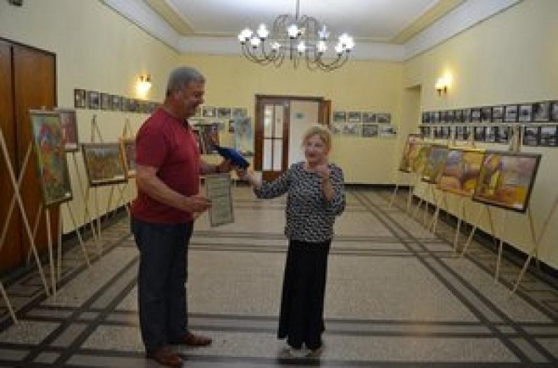 Д-р Момчилова дари над 4000 лева от изложбата си в Първомай