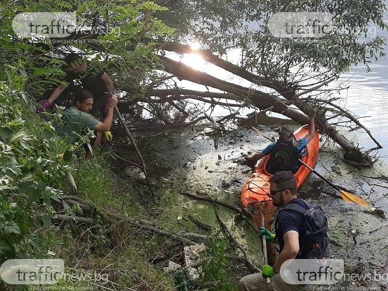 Маркова маратонка и вибратор плуват из Марица! Доброволци почистиха реката с каяк