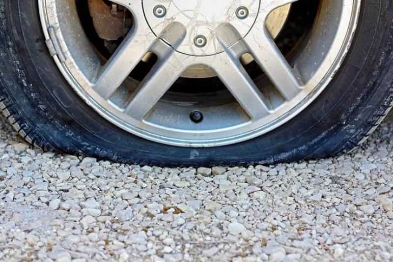 Две коли осъмнаха със спукани гуми в Първомай, кой е извършителят?