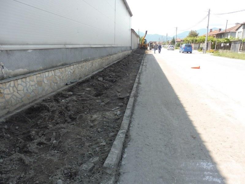 Нови тротоари и озеленяване в село Куртово Конаре