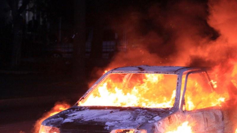 Две коли избухнаха в пламъци в Стамболийски, палежът е умишлен