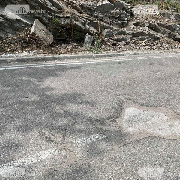 Обезопасяват скалите по пътя между Асеновград и Бачково, но какво ще стане с асфалта?