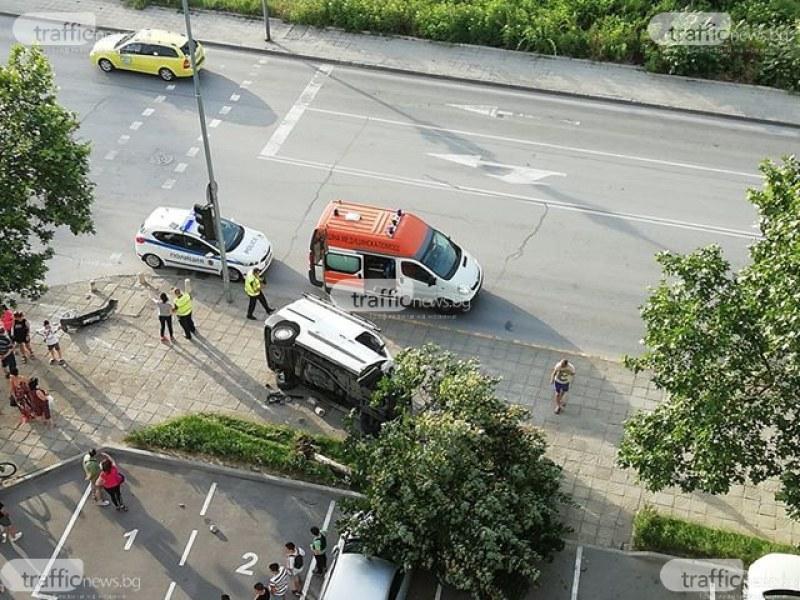 Дърво се стовари върху паркирана кола след катастрофата на Пещерско