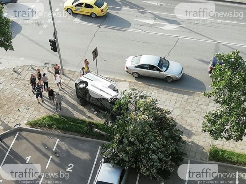 Инцидент на Пещерско шосе! Пикап се обърна на една страна,на мястото има линейка