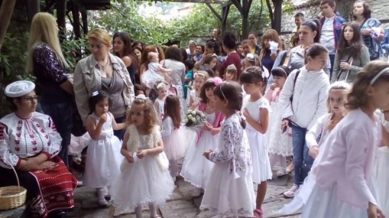 Малките принцеси на Асеновград подготвят белите роклички за 100-годишния празник Каленица
