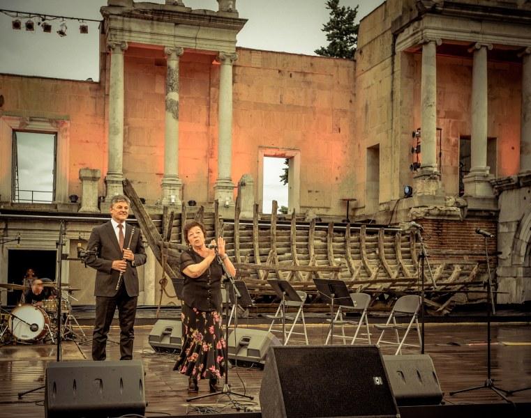 Песен и поезия въпреки дъжда, случва се само в Пловдив ФОТОГАЛЕРИЯ
