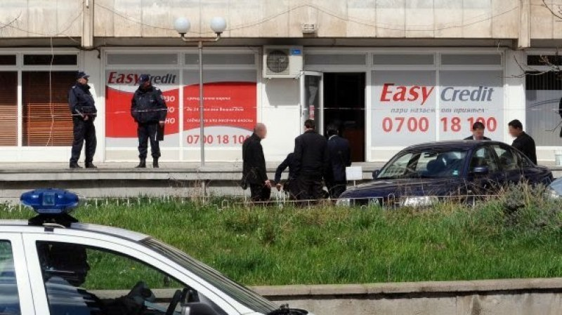 """Жената, обрала """"Изи Кредит"""" в Карлово, пусната под парична гаранция, съучастникът остава в ареста"""