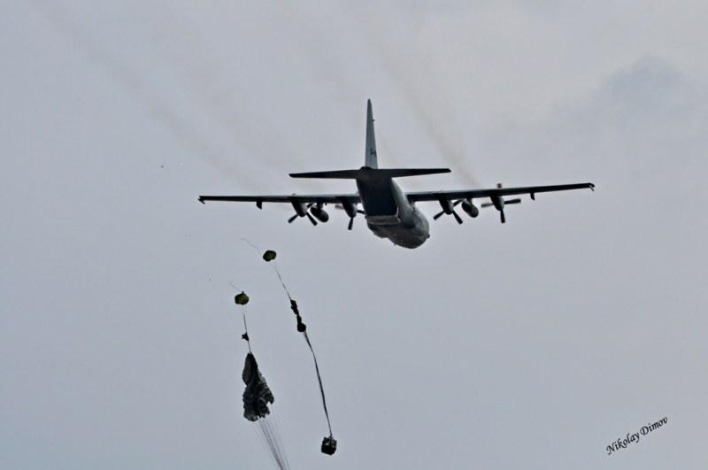 Въздушно учение над Чешнегирово, паршутисти на НАТО скачат от самолети