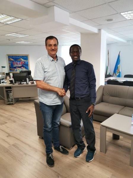 Футболист от Нигерия ще тренира децата от Столипиново