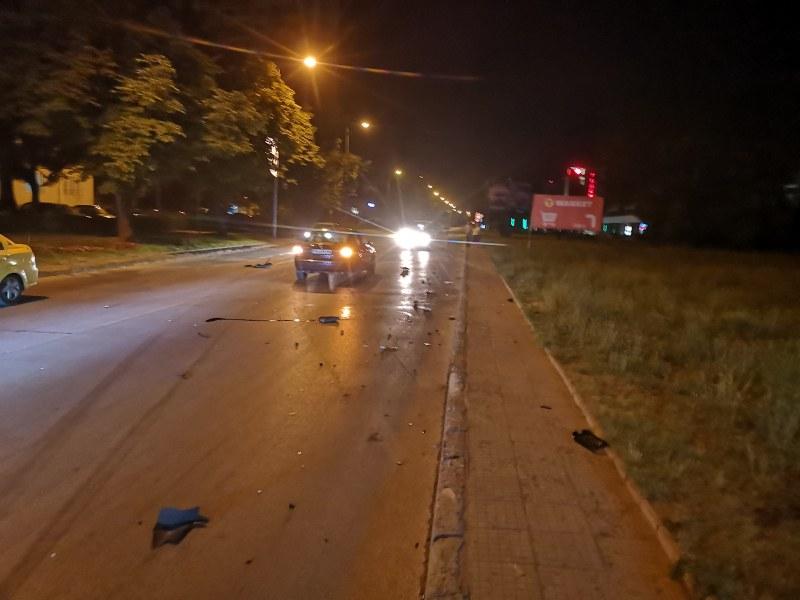 Среднощно рали:Автомобил помля две таксита и се удари в стълб