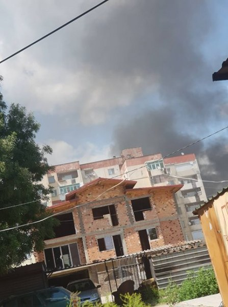 Роми отново горят гуми в Столипиново! Черен дим се носи над града