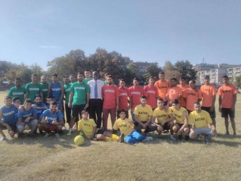 Бивш нигерийски футболист учи децата в Столипиново на футбол и християнски ценности