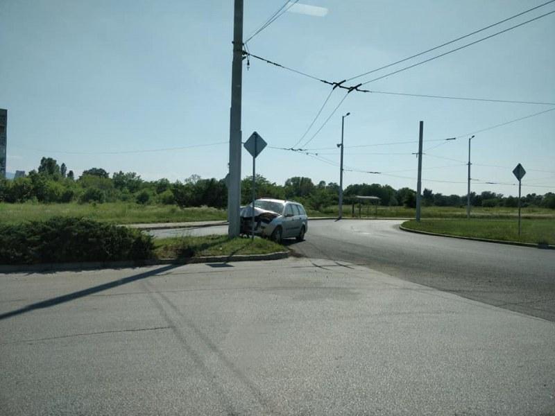 Отново инцидент! Кола се вряза в стълб на един от изходите на Пловдив