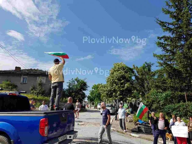 """Граждани и бизнес блокираха пътя между Перущица и Връховръх! """"Спрете камионите"""", призоваха те"""