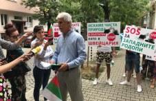 """Спрете геноцида! Хора от 7 села в общините Куклен и """"Родопи"""" протестираха пред Швейцарското посолство"""
