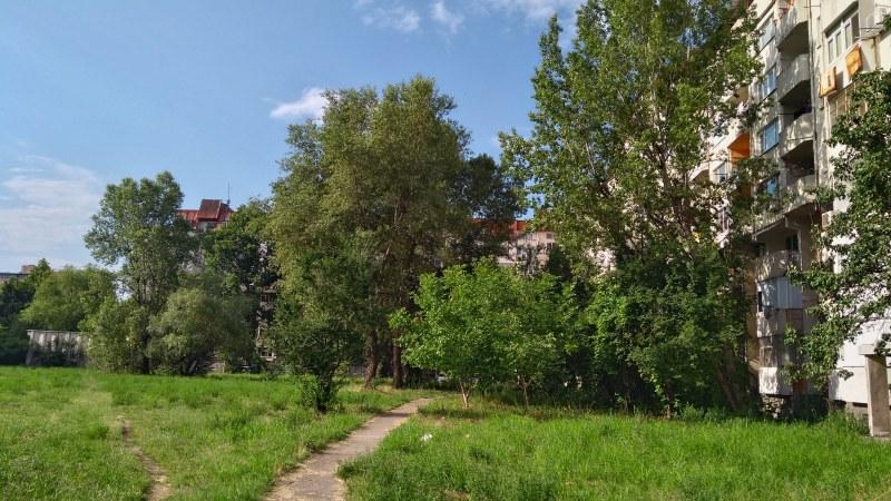 Защо вместо приказен парк в най-гъстозаселения район на Пловдив имаме запустяло поле?