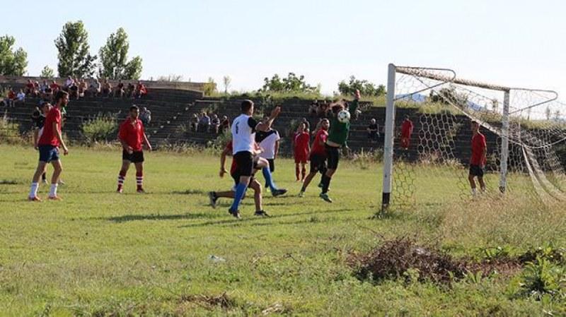Драматично футболно дерби събра феновете в Карловско