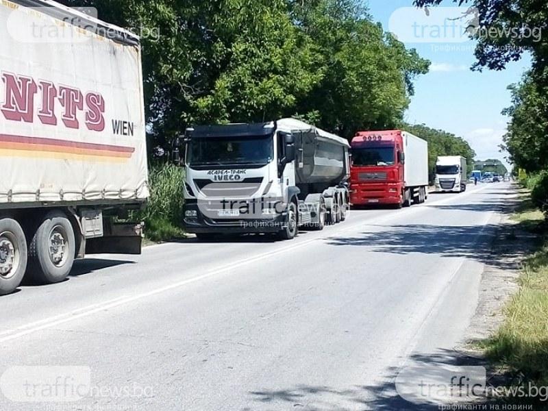 Тирове стоят блокирани на пътя край Марково и Първенец