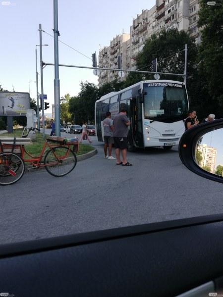 Възрастен колоездач пострада, като мина на червено пред автобус в Пловдив