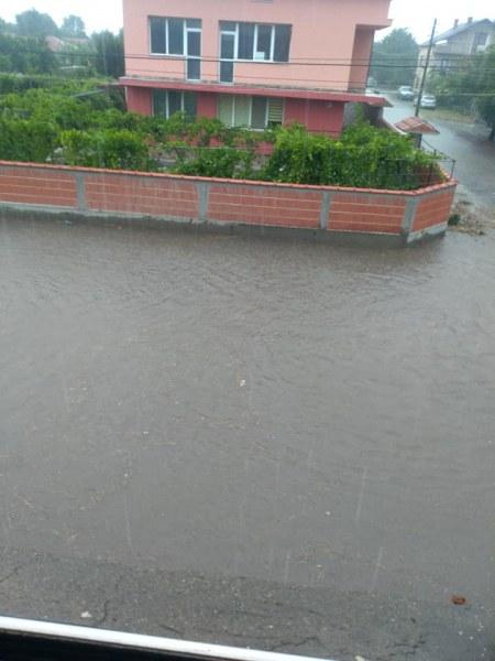 Водно бедствие в пловдивско село потопи улиците, има наводнени къщи
