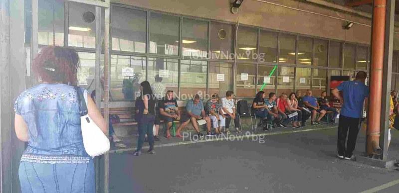 Голяма опашка с над 30 чакащи се изви пред КАТ в Пловдив