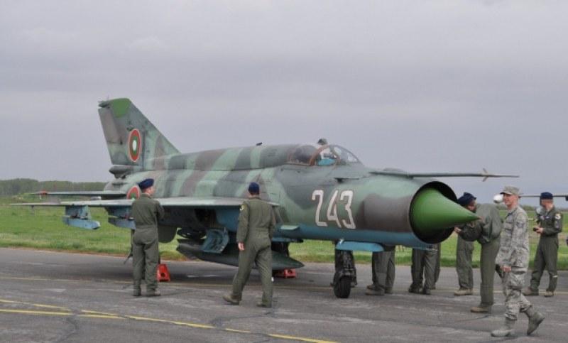 Търсят шофьори, механици, оператори във Военновъздушните сили, на летището в Крумово също