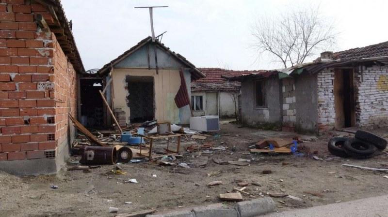 Ще бутнат ли незаконните къщи във Войводиново? Магистрати порязват опитите на ромите да ги бранят