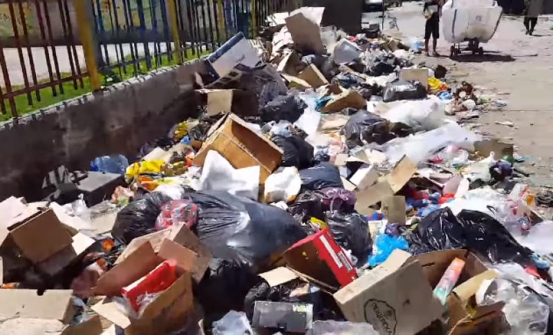 Смрад и боклуци на метри от забавачка в Столипиново! Местен: Пускали сме жалби, никой не чисти