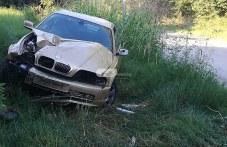 """""""BMW"""" се е заби в стълб край Прослав"""