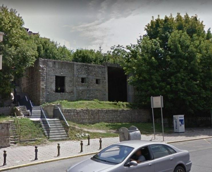 Недовършена емблематична сграда в Стария град е обявена за продан