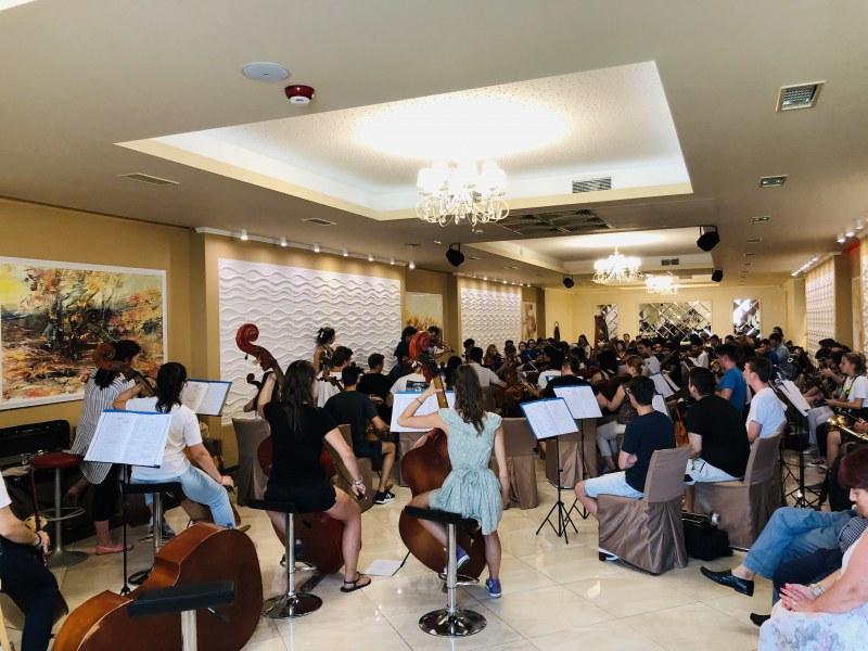 Прочутият Светлин Русев идва за концерт в Пловдив и си избра хотел в Родопската яка