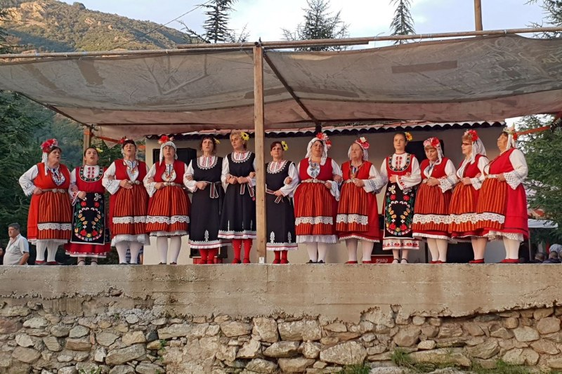 Курбан и много музика на празника на Свети Панталеймон край Карлово