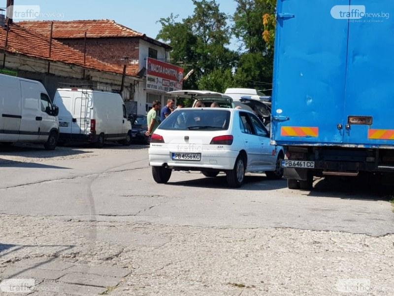 Полицейска акция до моста на Адата в Пловдив! Двама с белезници на земята