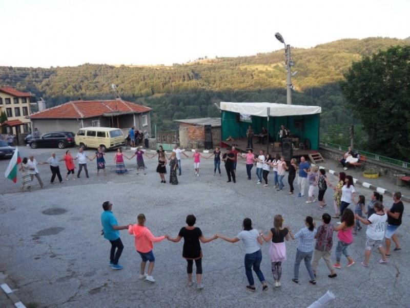 Събор с музика и кръшни хора събра земляците край Куклен