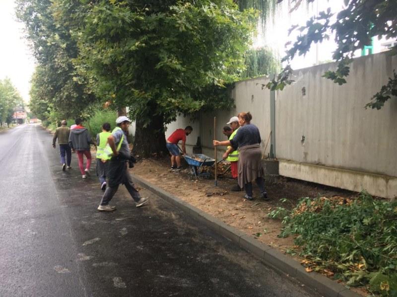Почистват тротоарите край новоасфалтирата улица в Стамболийски