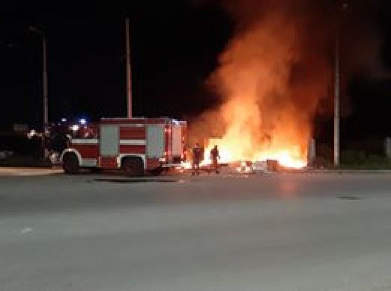 Пожар край Калояново унищожи кола, бус и два мотопеда