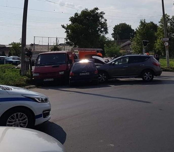 Тежка катастрофа с четири коли в село Труд, има пострадали