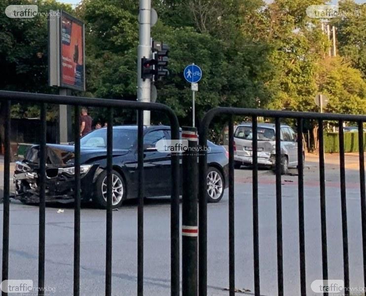 Отново катастрофа! Два автомобила се удариха на кръстовище в Пловдив