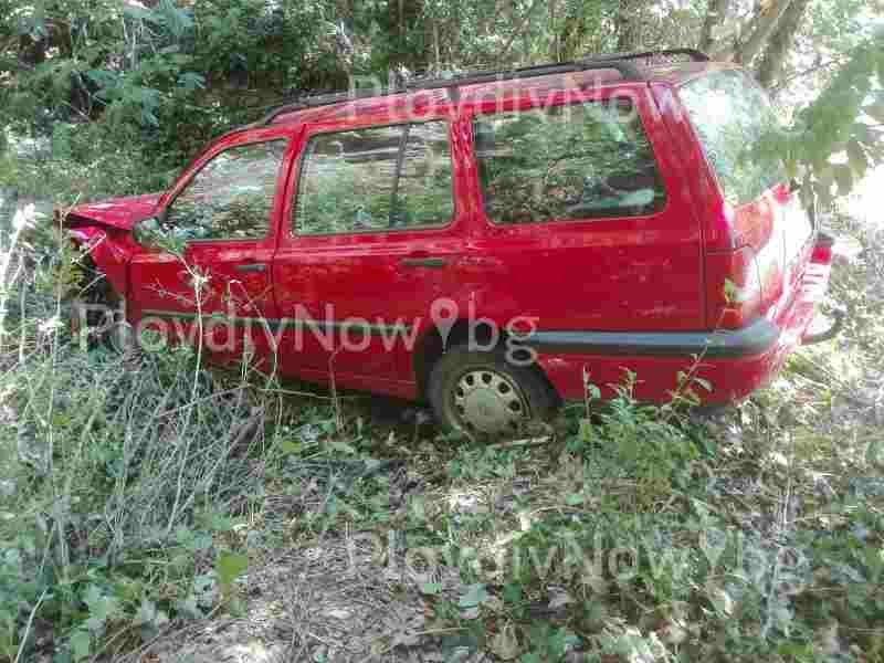Катастрофирал автомобил зарязан на метри от пътя край Асеновград