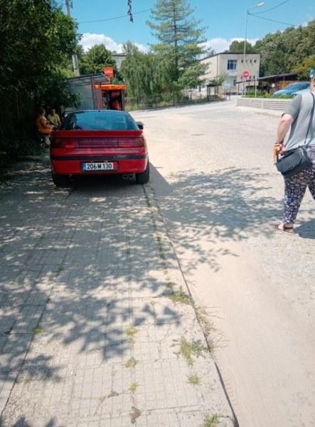 Автомобил безцеремонно паркиран на тротоар до болницата в Карлово, откъде да минат майките с колички?
