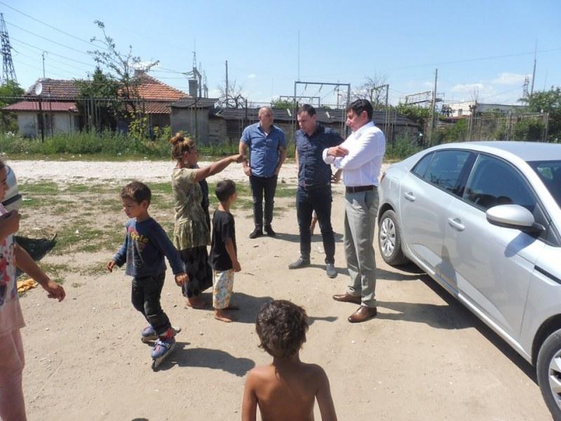 Ромите в Стамболийски сами бутат незаконните си къщи, имат и краен срок