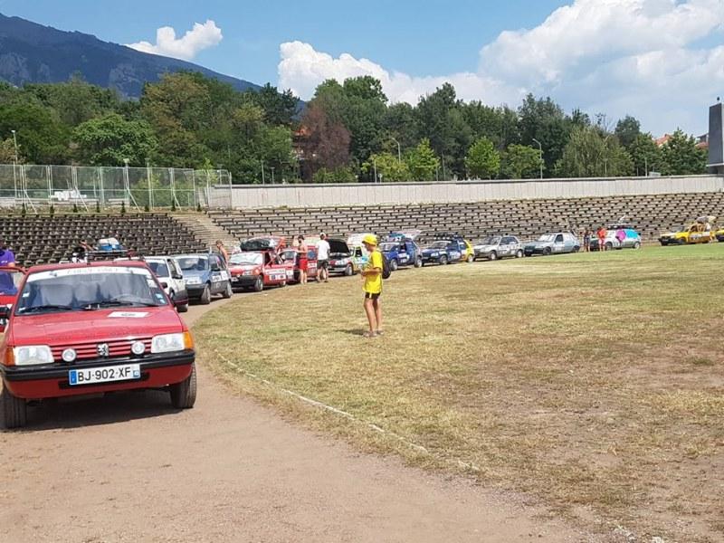 60 рали автомобила се събраха на стадиона в Карлово, доброволците от Франция пристигнаха с дарения