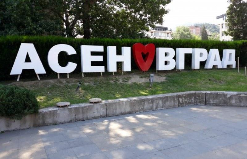 Деца, прославили Асеновград, получават награди от Общината