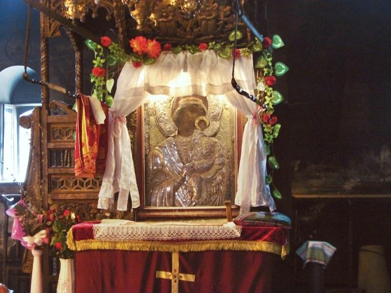 Митрополит Николай с молебен на Богородица пред чудотворната икона на Бачковския манастир