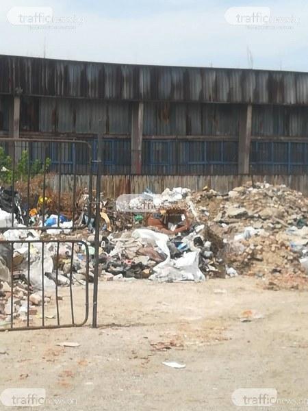 Бусове и каруци сипят строителен отпадък под прозорците на школо в Столипиново